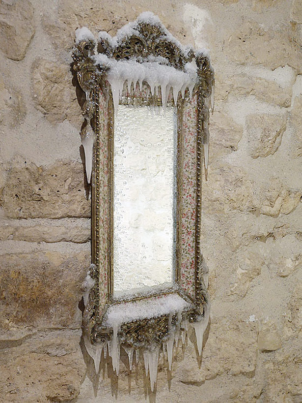 2014 / Miroir, cadre laiton et céramique, résine, neige et givre artificiels, vernis, dimensions 75x45x8cm