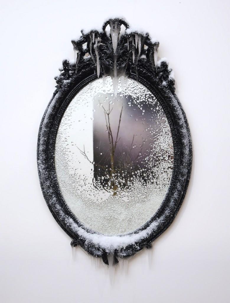 2015 / Miroir, bois, peinture acrylique, métal, résine, neige et givre artificiels, vernis, dimensions 72 x 130 x 12cm