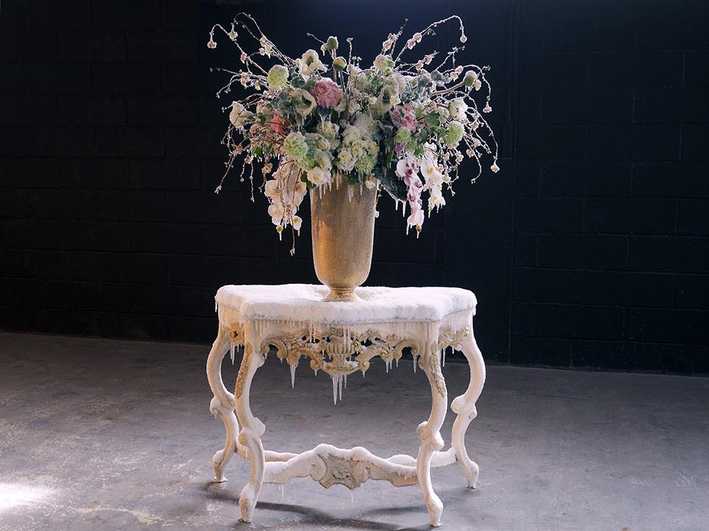 """2017 / """"Grand bouquet"""", console bois, vase métal, bouquet de fleurs, résines, givre et neige artificielles, dimensions 190x100x70cm Commande particulière"""