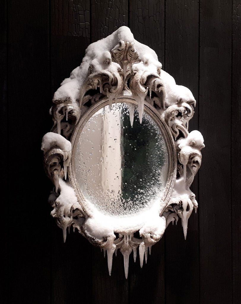 2018 / Miroir, bois, métal, résine, neige et givre artificiels, vernis, dimensions 98x62x14cm Commande particulière