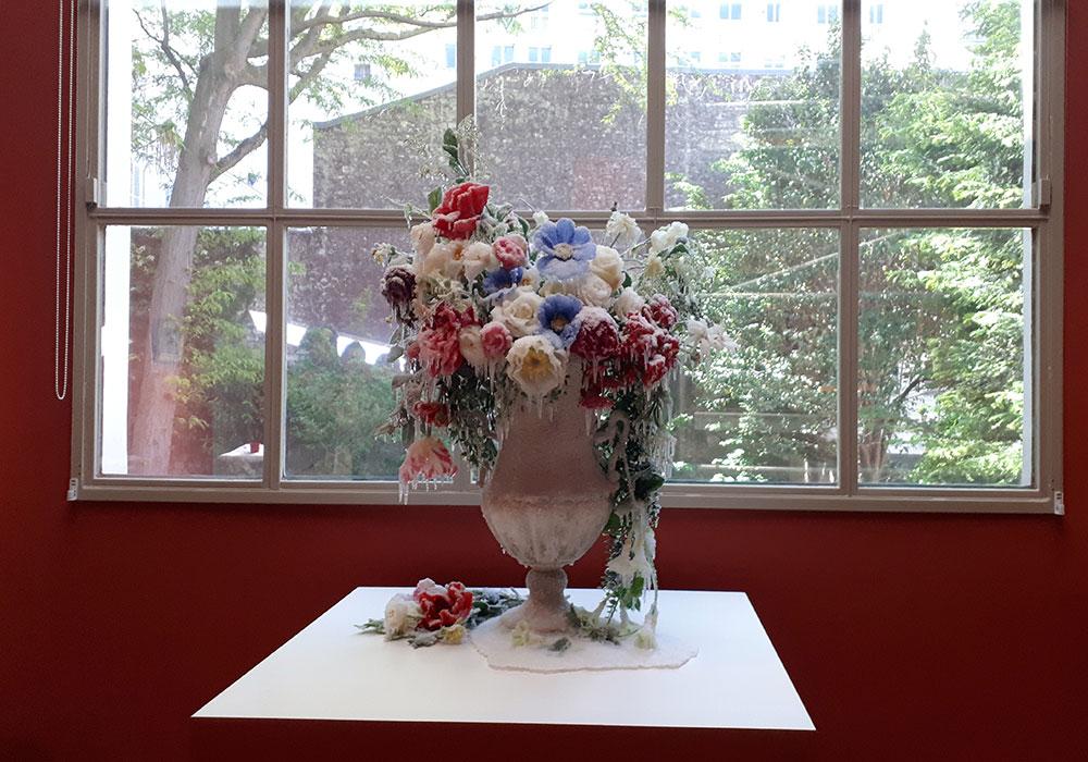 2018 / Hommage à Redouté, vase, fleurs, résines, givre et neige artificielles, dimensions 70x70x90cm. Commande et ,production : Musée des Arts Décoratifs de Namur, Belgique