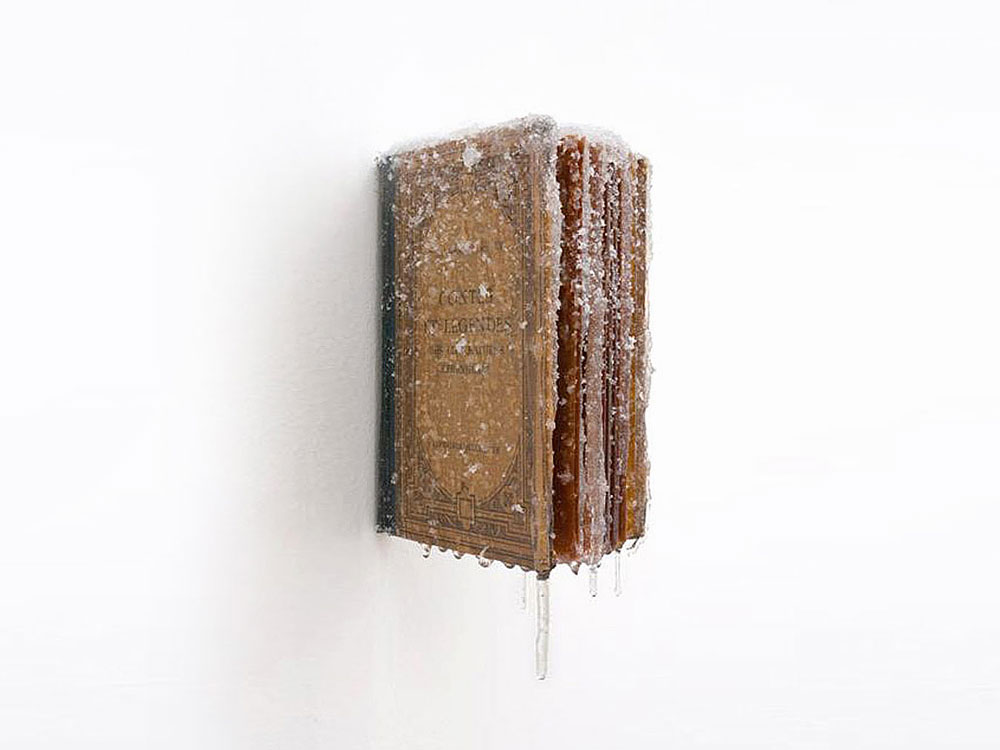 """2013 / """"Livre d'hiver"""", livre ancien, """"Contes et légendes"""", résine, neige et givre artificiels, dimensions 12x20x10cm"""