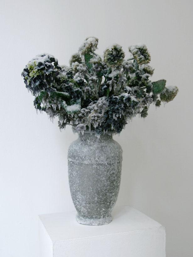 """2014 / """"Bouquet d'hiver"""", vase inox, bouquet de fleurs, résines, givre et neige artificielles, dimensions 70x70x70cm"""