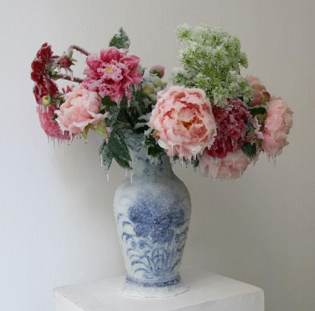 """2014 / """"Bouquet de printemps"""", vase céramique, bouquet de fleurs, résines, givre et neige artificielles, dimensions 70x70x70cm"""