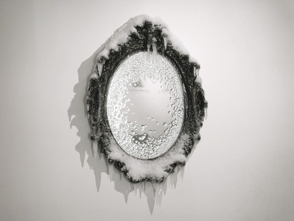 2015 / Miroir, bois, acrylique, résines, neige et givre artificiels, vernis, dimensions 60x42x8cm Commande particulière