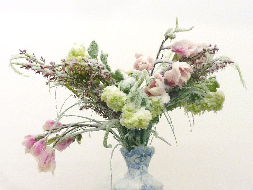 """2013 / """"Bouquet de printemps"""", vase céramique, bouquet de fleurs, résines, givre et neige artificielles, dimensions 70x70x70cm"""