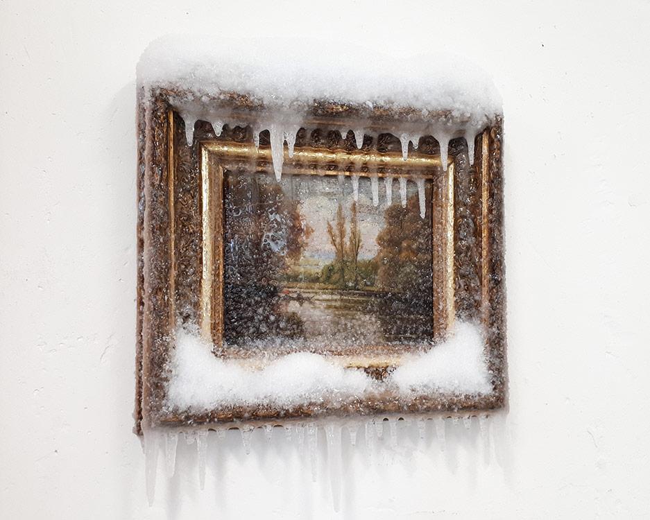 """2017 / """"En barque"""", tableau trouvé, huile sur toile, cadre bois, neige artificielle, résine, matériaux divers, vernis"""